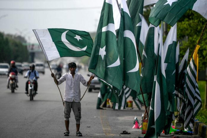 Pakistan blocks social media